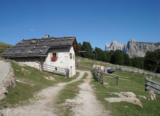 brixen-moarhof-wanderung-huette-berge