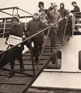 Kindererholung in den 60ern - Kinder gehen von Bord