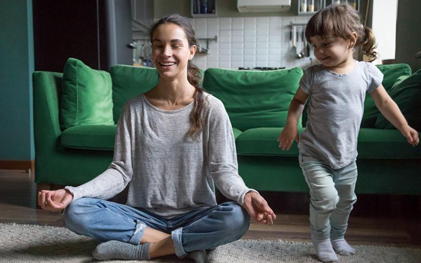 Mutter und Kind Yoga zu Hause