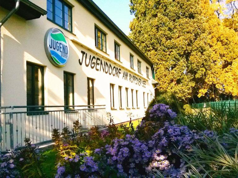sprachcamp-in-den-herbstferien-gnewikow-jugenddorf-gebaeude