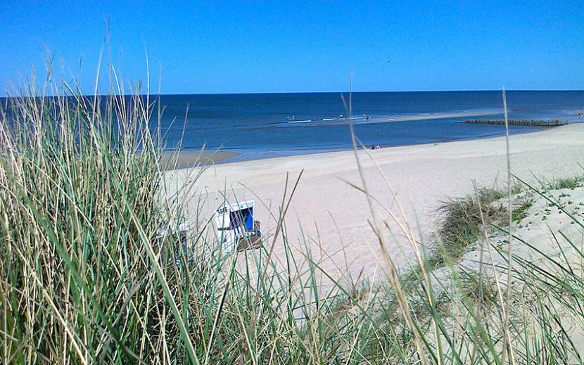 Sylt - Blick aus den Dünen auf den Strand mit einem Strandkorb