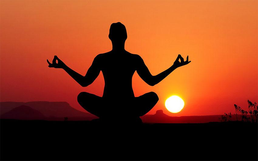 Yoga während Sonnenuntergang